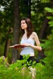 Mooie jonge vrouwenlezing Stock Afbeeldingen
