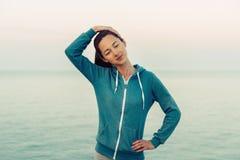 Mooie jonge vrouwentraining op kustlijn royalty-vrije stock foto