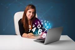 Mooie jonge vrouwenzitting bij bureau en het typen op laptop met Stock Fotografie
