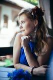 Mooie jonge vrouwenzitting bij de lijst Royalty-vrije Stock Fotografie
