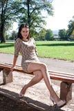 Jonge vrouwenzitting op de bank royalty-vrije stock afbeeldingen