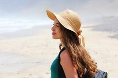 Mooie jonge wandelaarvrouw die van haar reis genieten Zijaanzicht van reizigersmeisje het kijken voor haar landschap van Lanzarot royalty-vrije stock foto