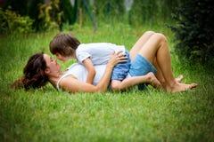 Mooie jonge zwangere vrouw en haar ouder kind, het liggen I royalty-vrije stock foto's