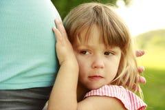 Mooie jonge zwangere vrouw en haar weinig dochter op aard Royalty-vrije Stock Afbeeldingen