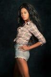 Mooie jonge zwarte Afrikaans Amerikaans model met uitstekende achtergrond stock afbeeldingen