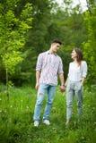 Mooie jongelui in liefdepaar die een gang in stadspark nemen stock afbeeldingen