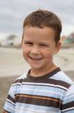 Mooie jongen die op strand glimlacht royalty-vrije stock fotografie