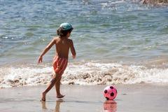 Mooie jongen met een voetbalbal stock afbeelding