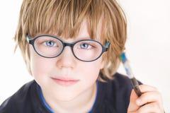 Mooie jongen met glazen en het schilderen borstel ter beschikking stock foto's