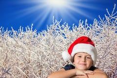 Mooie jongen in rode hoed van de Kerstman Royalty-vrije Stock Afbeeldingen