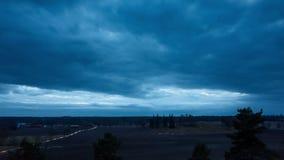 Mooie 4k timelapse video van aardig aard en landschap op de avond van de de lenteschemer in Zweden Scandinavië Europa stock videobeelden