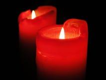 Mooie kaarsen die in de duisternis glanzen Stock Foto