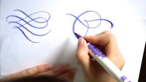 Mooie kalligrafische krullen met een borstel stock videobeelden