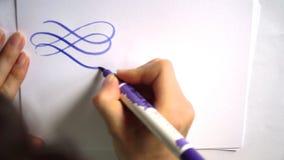 Mooie kalligrafische krullen met een borstel stock video