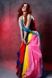 Mooie Kaukasische donkerbruine vrouw in rode kleding Stock Foto's