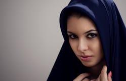 Vrouw in zwarte sluier Stock Foto