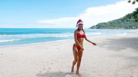 Mooie Kaukasische Kerstmisvrouw in santahoed stock footage