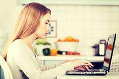 Mooie Kaukasische vrouw die aan laptop werken Stock Foto's