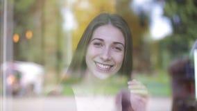Mooie Kaukasische vrouw in koffie stock videobeelden