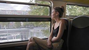 Mooie Kaukasische vrouwelijke toerist die door Parijs door metro reizen Langzame Motie stock footage