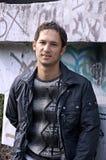 Mooie kerel dichtbij een muur van graffiti Royalty-vrije Stock Fotografie