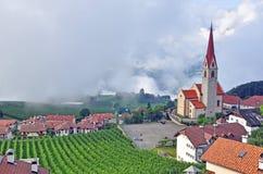 Mooie kerk in klein tirolean dorp royalty-vrije stock foto