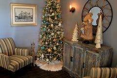 Mooie Kerstboom met ornamenten in een kustthema, met stoelen op z'n gemak, Unie Bluff Hotel, Maine, 2017 Royalty-vrije Stock Foto