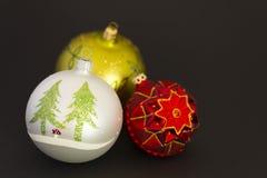 Mooie Kerstmisballen op donkere grijze achtergrond Royalty-vrije Stock Fotografie