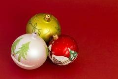 Mooie Kerstmisballen op donkerrode achtergrond Royalty-vrije Stock Foto's