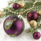 Mooie Kerstmisballen op spar, die op wit wordt geïsoleerd Royalty-vrije Stock Afbeelding