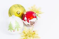 Mooie Kerstmisballen op witte achtergrond Stock Afbeeldingen