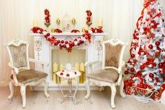 Mooie Kerstmisdecoratie met open haard en leunstoelen Royalty-vrije Stock Fotografie