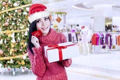 Mooie Kerstmisgiften van de vrouwenholding in de wandelgalerij Royalty-vrije Stock Foto