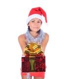 Mooie Kerstmisvrouw in de holdingsgift van de santahoed stock afbeeldingen