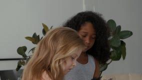 Mooie kinderen Drie kinderen het spreken stock videobeelden