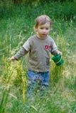 Mooie kindspelen aan een gras royalty-vrije stock foto's