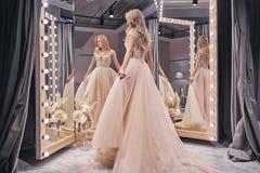 Mooie kleding Volledige lengte van het aantrekkelijke jonge vrouw dragen royalty-vrije stock afbeelding