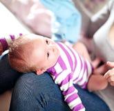 Mooie kleine baby op zijn moedersoverlapping Royalty-vrije Stock Fotografie