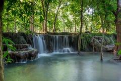 Mooie kleine die watervallen in de tropische wildernis van Thailand worden verborgen Royalty-vrije Stock Afbeeldingen