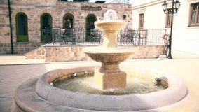 Mooie kleine fontein in de werf stock videobeelden