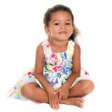Mooie kleine Spaanse meisjeszitting op de vloer stock foto's
