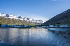 Mooie kleine stad Seydisfjordur op Oostelijk IJsland stock fotografie