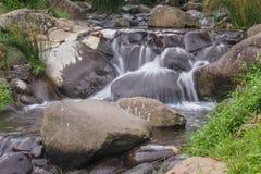 Mooie kleine waterval royalty-vrije stock afbeelding