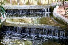 Mooie kleine waterval met cascades in Reina Sofia Park, Guardamar del Segura Valencia, Spanje Stock Foto's
