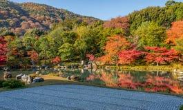 Mooie kleurenbladeren en bezinning in de vijver bij Tenryuji-tempel Stock Foto's