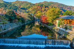 Mooie kleurenbladeren op de berg in de herfstseizoen met kleine kanaal en waterval in Arashiyama Stock Foto