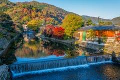 Mooie kleurenbladeren op de berg in de herfstseizoen met kleine kanaal en waterval in Arashiyama Royalty-vrije Stock Foto's