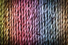 Mooie kleurrijke achtergrond, natuurlijke mand van gevlechte vezelkabel royalty-vrije stock foto