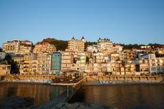 Mooie kleurrijke cityscape op de bergen over overzees, Europa, de Dichte bouw met meerdere verdiepingen door het overzees in de t Stock Foto