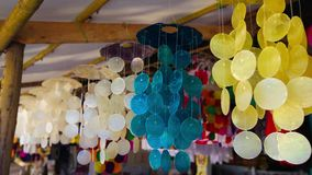 Mooie kleurrijke die juwelen van shells worden gemaakt die en in de wind slingeren wervelen De vakantieconcept van de zomer stock videobeelden